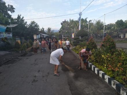 Gotong Royong di Sepanjang Jalan Desa dan di Pura Taman