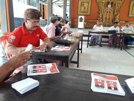 Kegiatan Rapat dan Melipat Surat Suara oleh Panitia Pemilihan Kelian Desa Pakraman