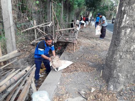 Gotong Royong di Sepanjang Jalan Umum Banjar Dinas Kundalini
