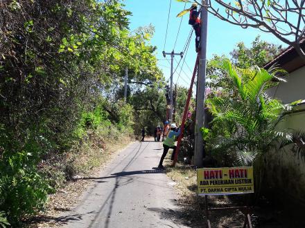 Pemasangan Line Kabel Lampu Penerangan Jalan menuju Pantai Umeanyar dan Pura Taman