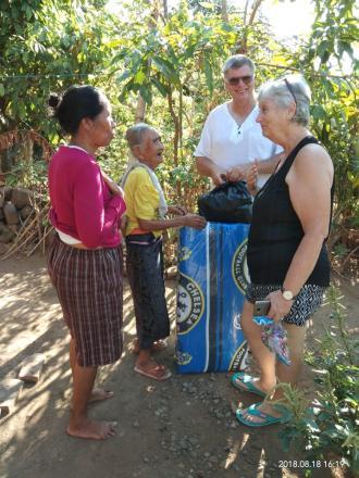 Ms. Lindy Laker Bantu Warga Disabilitas dan Warga Kurang Mampu