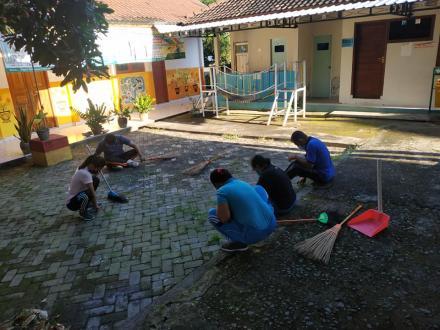 Kegiatan Jum'at bersih di kantor Desa Umeanyar