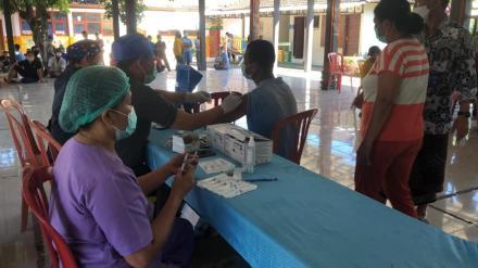 Sedang Berlangsung Kegiatan Vaksinasi Covid-19 Bertempat di Balai Masyarakat Desa Umeanyar